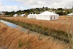 Tiendas blancas en un campo seco al aire libre Imágenes de archivo libres de regalías