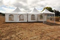 Tiendas blancas en un campo seco al aire libre Fotografía de archivo