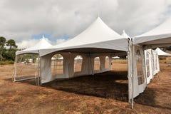 Tiendas blancas en un campo seco al aire libre Fotografía de archivo libre de regalías