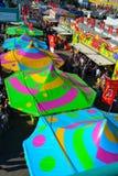 Tiendas coloridas del carnaval en mitad del camino centraa Fotografía de archivo