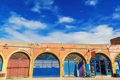 Tiendas coloridas en Essaouira, Marruecos Foto de archivo