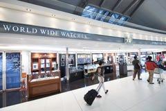 Tiendas con franquicia, aeropuerto Suvarnabhumi de Bangkok Imágenes de archivo libres de regalías