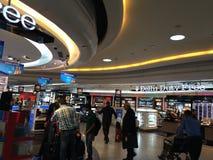 Tiendas con franquicia en el terminal 3 en Indira Gandhi International Airport en Delhi, la India imágenes de archivo libres de regalías