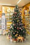 Tiendas con los recuerdos y árbol del nuevo-año para los turistas en Vaticano Imágenes de archivo libres de regalías