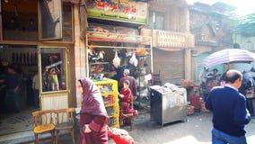 Tiendas de alimentación viejas en Khan El Khalili, El Cairo, Egipto almacen de video