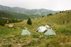 Tiendas de campaña en área de montaña Imagen de archivo libre de regalías