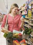 Tiendas de comestibles de compra de la mujer Fotos de archivo libres de regalías