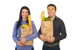 Tiendas de comestibles sonrientes de las compras de los pares Fotos de archivo