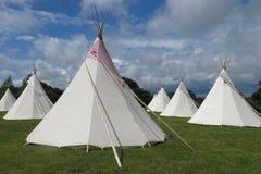 Tiendas de los indios norteamericanos de los tipis de Glamping que acampan Fotos de archivo libres de regalías