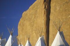 Tiendas de los indios norteamericanos de Navajo contra el acantilado, Gallup, nanómetro Imagenes de archivo