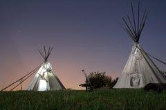 Tiendas de los indios norteamericanos (tipis) en la noche Fotos de archivo