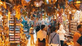 Tiendas de recuerdos egipcias para los turistas en el viejo mercado de la ciudad en la noche almacen de video