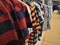 Tiendas de ropa se descuentan que foto de archivo libre de regalías