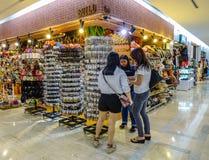 Tiendas de souvenirs en la alameda de MBK en Bangkok imagen de archivo