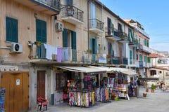 Tiendas de souvenirs para los turistas en Tropea foto de archivo libre de regalías