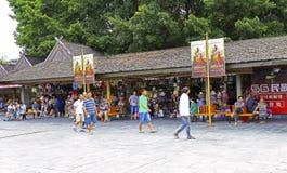 Tiendas de souvenirs populares del pueblo de China espléndida Imagenes de archivo