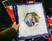 Tiendas de souvenirs que venden la boda real de los objetos de recuerdo fotos de archivo