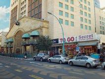 Tiendas de un piso de la moda en el centro de Rishon LeZion Foto de archivo