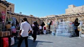 Tiendas del mercado de los pájaros, Souq Waqif, Doha, Qatar metrajes