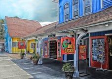 Tiendas del pueblo de la línea de la playa de Long Beach fotografía de archivo