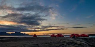 Tiendas del sitio para acampar en Svalbard en la medianoche Fotografía de archivo