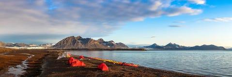 Tiendas del sitio para acampar en Svalbard en la medianoche Imagen de archivo