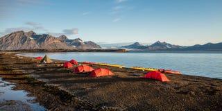 Tiendas del sitio para acampar en Svalbard en la medianoche Foto de archivo libre de regalías