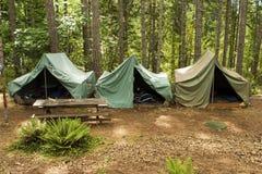 Tiendas en el campo del explorador de muchacho Fotografía de archivo libre de regalías