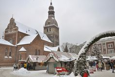 Tiendas en el mercado de la Navidad, el cuadrado de la bóveda, Riga fotografía de archivo libre de regalías