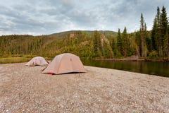 Tiendas en el río en yermo alejado del taiga de Yukon Foto de archivo