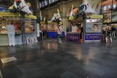 Tiendas en la estación de tren en Francfort, Alemania Imágenes de archivo libres de regalías