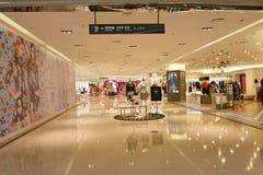 tiendas en la plaza, ¼ Œ del plazaï de Œshopping del ¼ del ï del edificio de ŒCommercial del ¼ del mallï que hace compras Fotos de archivo