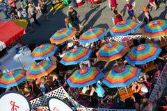 Tiendas que alinean la mitad del camino centraa en el carnaval Fotografía de archivo