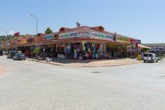 Tiendas que venden la ropa, la joyería, los géneros de punto y los recuerdos en la costa de Anatolia Imagen de archivo