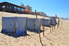 Tiendas rayadas de la playa de la tela Fotos de archivo