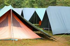 Tiendas verdes grandes en acampar ocasional Imagenes de archivo