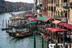 Tiendas y cafés cerca del puente de Rialto en Grand Canal en Venecia, Italia imagen de archivo
