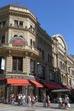 Tiendas y calle peatonal en Buenos Aires Fotos de archivo libres de regalías