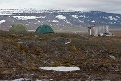 Tiendas y choza en tundra en el Svalbard Imagenes de archivo