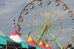 Tiendas y Ferris Wheel justos Fotos de archivo libres de regalías