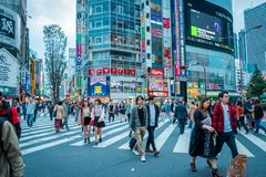 Tiendas y gente apretada en la ciudad de Shinjuku en Tokio imagenes de archivo