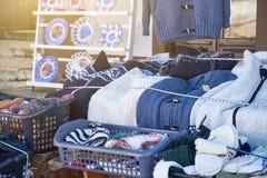 Tiendas y mercado callejero tradicionales en el pueblo de playa pintoresco Nazare fotografía de archivo