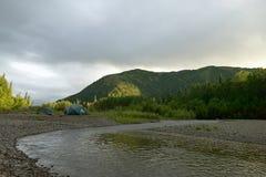 Tiendas y sitio para acampar en la orilla del río de Alaska salvaje fotos de archivo