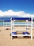 Tiendas y sunbeds de la playa Foto de archivo libre de regalías