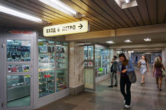 Tiendas y ventanas de la tienda en el subterráneo Foto de archivo libre de regalías