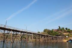 Tiende un puente sobre lunes de madera, Tailandia Imagenes de archivo
