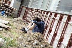 Tiener alleen bij stad Royalty-vrije Stock Foto's