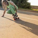 Tiener berijdend skateboard op een weg Royalty-vrije Stock Afbeeldingen