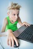 Tiener bij een computer Stock Foto