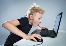 Tiener bij een computer Stock Foto's